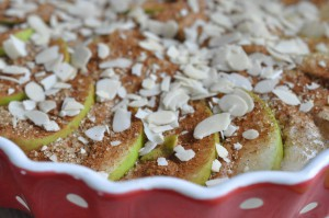 Nem og lækker æblekage med kanel, marcipan og mandelflager