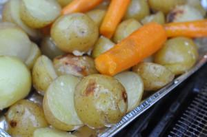 Grillede kartofler og gulerødder i foliebakke