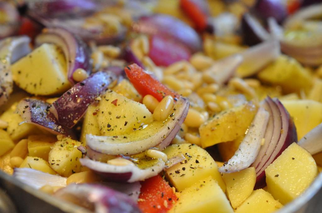 Kartoffelfad i ovn med peberfrugt og rødløg