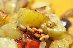 Grillede mørbrad og kartoffelfad med rødløg, peberfrugt og pinjekerner