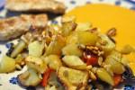 Grillede mørbradbøffer og kartoffelfad med rødløg, peberfrugt og pinjekerner