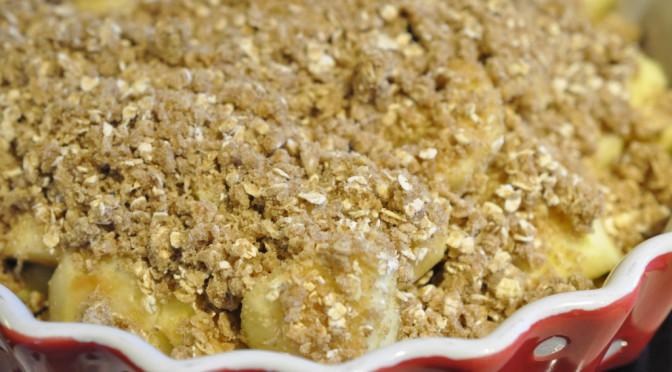 Krydret æblecrumble med farin og havregryn