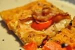 Lækker grov pizza med kyllingebryst, chilipesto og bacon