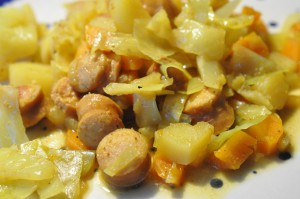 Lækker og billig karrykål med kartofler, gulerødder og pølser
