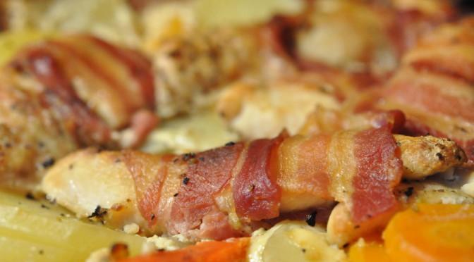 Römertopfen sejrer: Kyllingefilet i baconsvøb på kartoffelbund