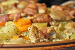Kyllingefilet i baconsvøb på kartoffelfad