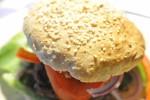 Burgere med bøffer med durum, spelt og müsli i bollen