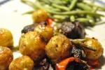 Sprødt kartoffelfad med skært oksekød, løg, peberfrugt, bønner og soltørret tomat