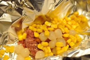 Bøf i folie med rød pesto, perleløg og majs