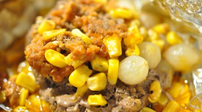 Bøf i folie med rød pesto, perleløg og majs | NOGET I OVNEN HOS BAGENØRDEN