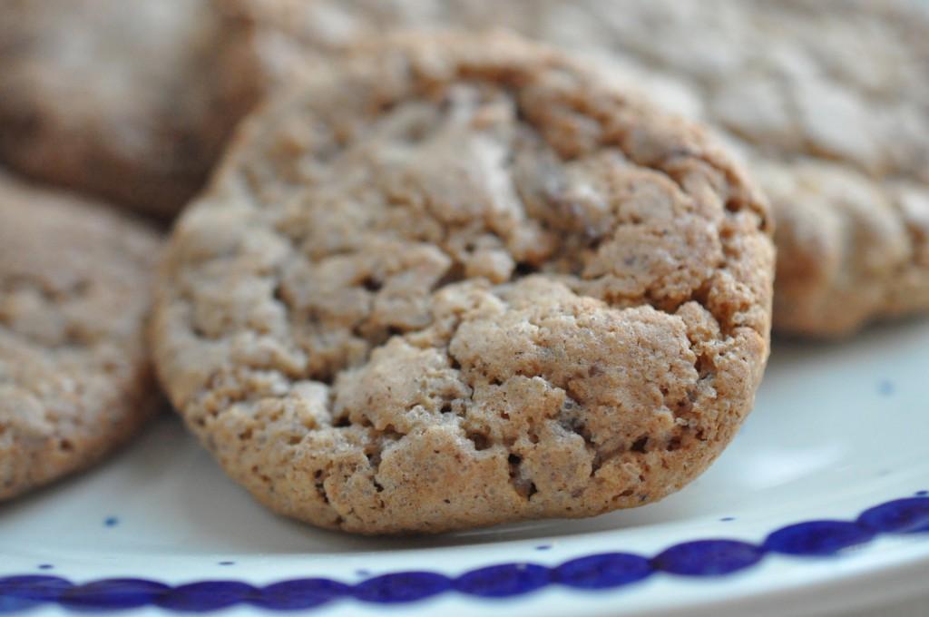 Sprøde cookies med kanel, kardemomme, hasselnødder og chokolade