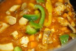 Lækker gryderet med kylling, bacon, pesto og peberfrugt