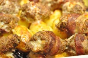 Krydrede oksekødsruller med bacon, løg og stegte kartofler