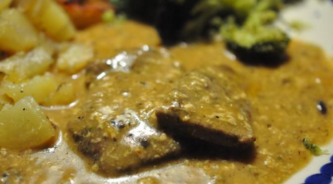 Marinerede kalvebovsteaks i flødesauce og sprøde kartoffeltern