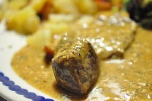 Marinerede kalvebovsteaks i flødesaucce med kartoffeltern