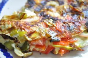 Nem og lækker omelet med porrer, peberfrugt og skinke