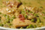 Kyllingebryst i flødesauce med bacon, ærter og rødløg
