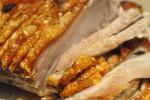 Sprød og lækker flæskesteg med timiankartofler og hvid dressing