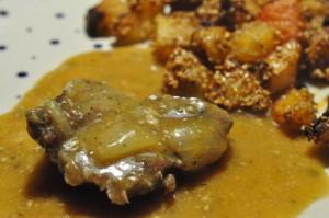Marinerede bovsteaks i flødesauce og sesamkartofler med paprika