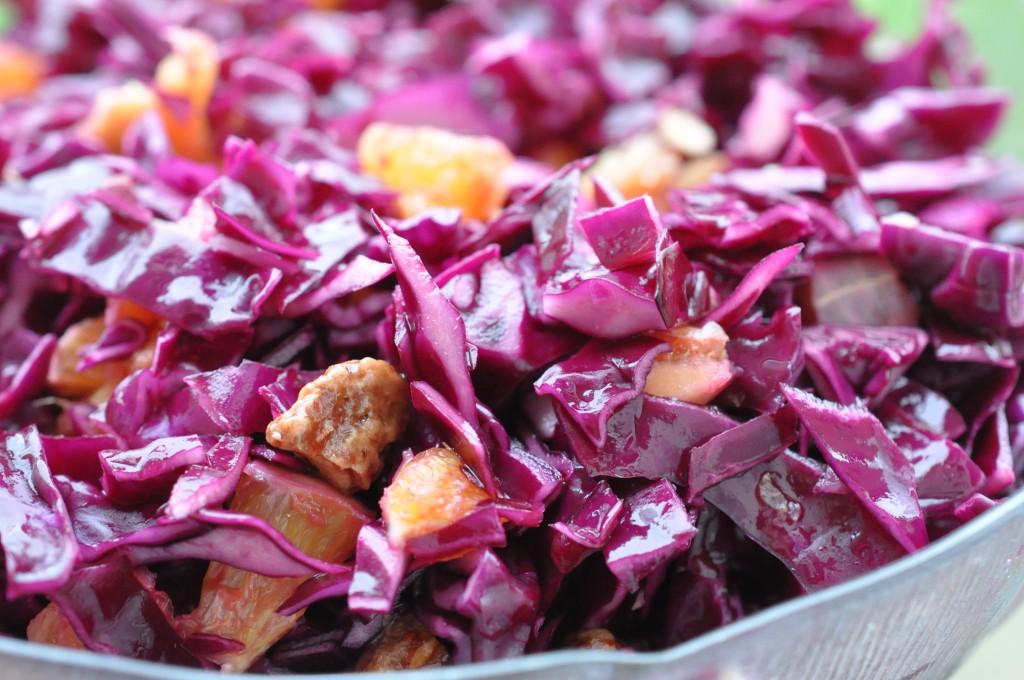 Sprød og sund rødkålssalat med appelsin og mandler