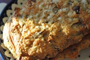 Sprøde grove madbrød med rødløg, hvidløg og oregano