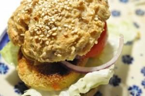 Saftige burgerboller og franskbrød med knækkede hvedekerner