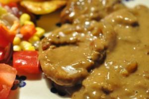 Mørbradbøffer i flødesauce med løg og champignon