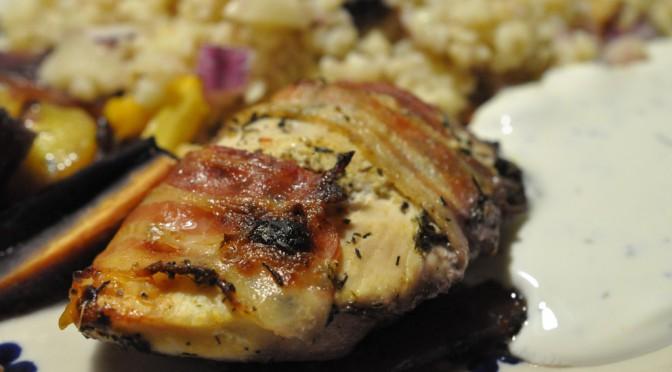 Sennepsmarinerede kyllingeschnitzler med timian i baconsvøb
