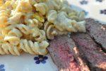 Pastasalat med karry og grønt og grillet flanksteak
