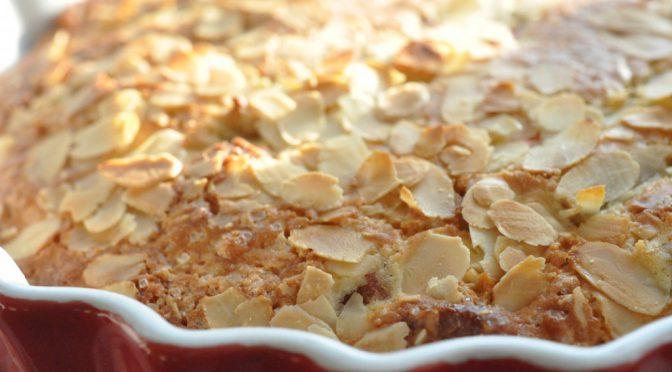 Lækker og nem rabarberkage med marcipan og kokos