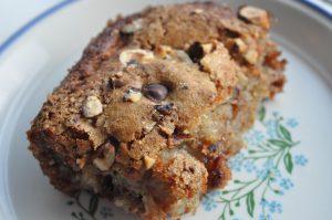 Banankage med chokolade og smørristede hasselnødder
