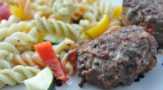 Pastasalat med squash og olie eddikedressing og grillede hakkebøffer
