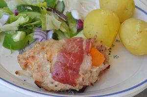 Forloren hare på grill med salat og nye kartofler