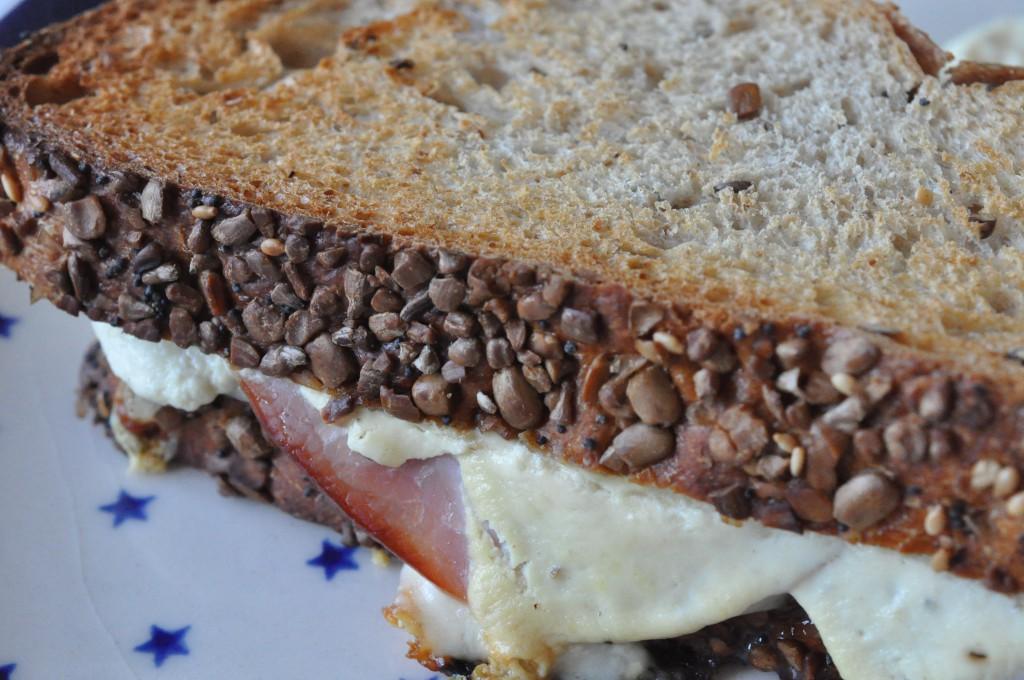 Sprød Croque Monsieur af brødrest