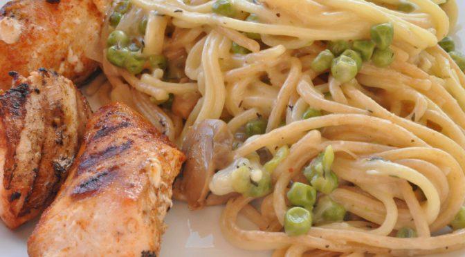 Grillet kyllling og cremet pasta med fløde, ærter, skalotteløg og ost