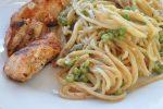 Grillet marineret kylling og pasta i flødesauce med ærter, skalotteløg og ost