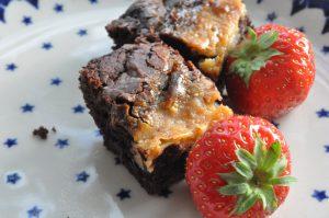 Syndig brownie med kondenseret mælk og søde jordbær