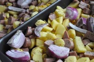Pølsemix med timian: Kartoffelfad med pølser, løg og majs
