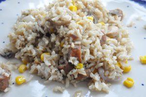 Stegte ris med pølser, grøntsager og svampefond