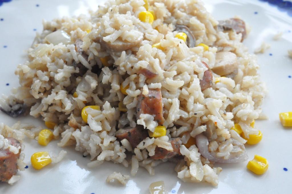 Stegt risret med pølser, grøntsager og svampefond