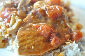 Møre koteletter i fad i lækker flødesauce