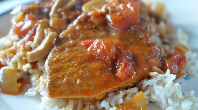 Møre koteletter i fad – med bacon og lækker flødesauce