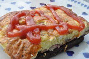 Nem og lækker æggekage med rødløg, feta og bacon