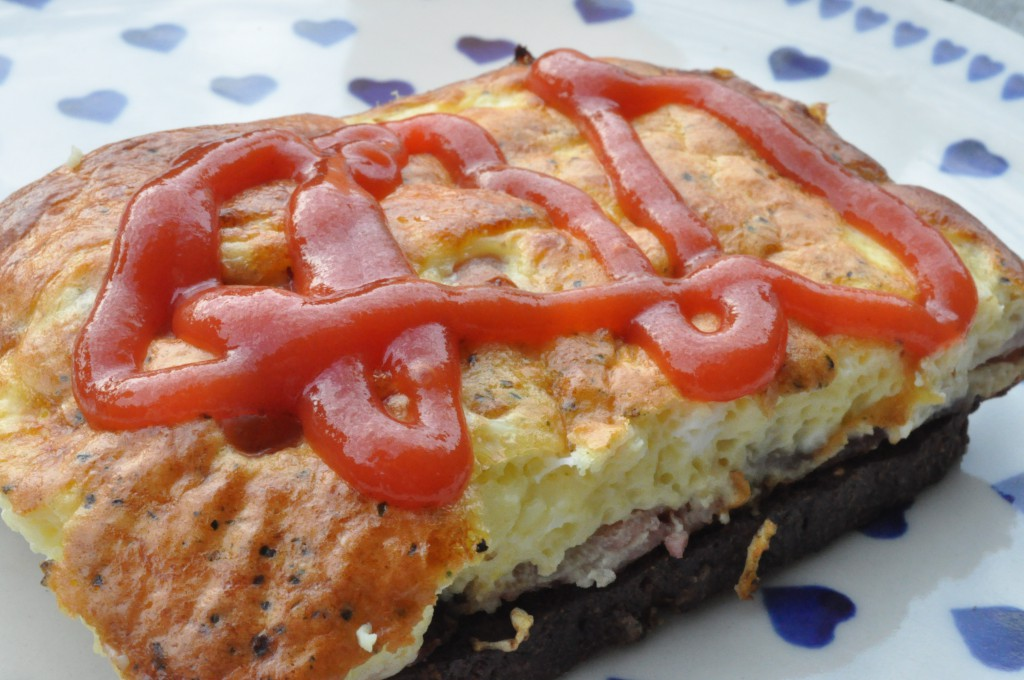 Nem og lækker æggekage med bacon, feta og rødløg
