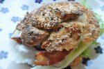 Sandwich med hønsesalat, rødløg og bacon af koldthævet dej