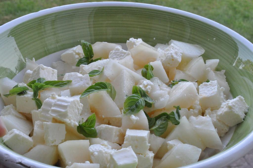Frisk og nem melonsalat med feta og basilikum