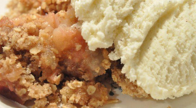 Nem og lækker æblecrumble med havregryn og kanel