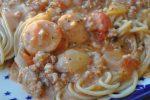 Gryderet med hakket svinekød, pølser og fløde
