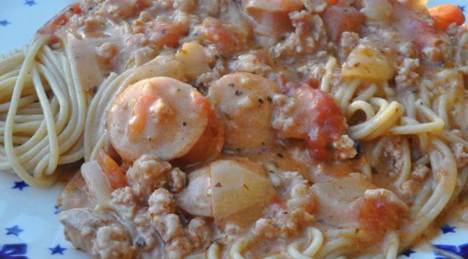 Lækker pastaret med hakket svinekød, pølser og bacon