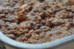 Lækker æblecrumble med havregryn, ingefær og kanel